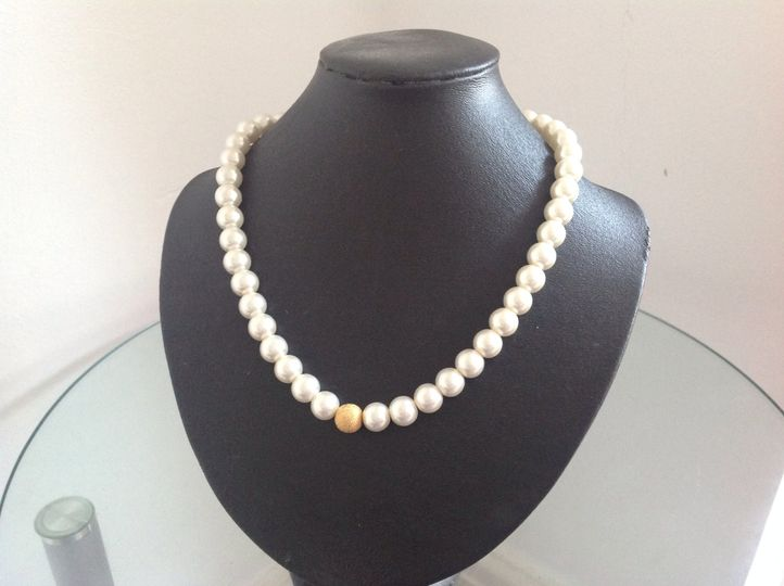Glass pearl in cream and gold
