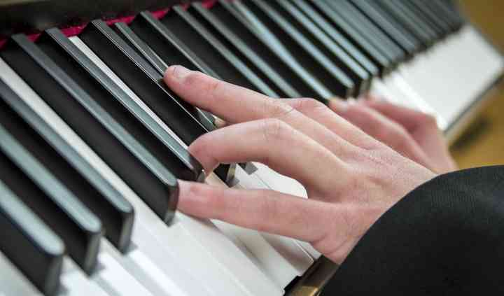 Stuart Street - Pianist