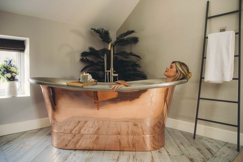 Suite with roll top bath