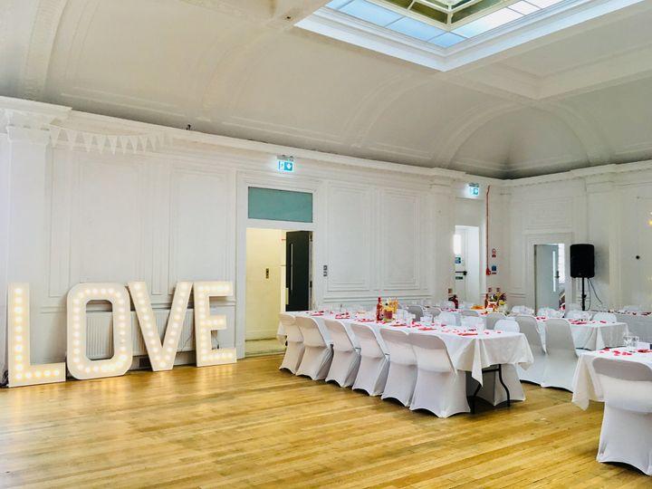 Minimum modern wedding set up