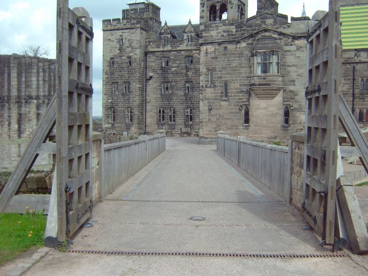 Bridge over to Castle