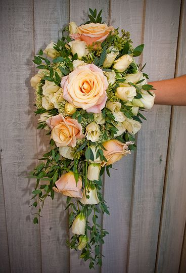 Teardrop Boquet with 'Peach Avalanche'Roses and lisianthus.