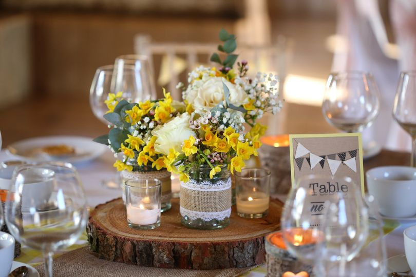 Rustic style table centre