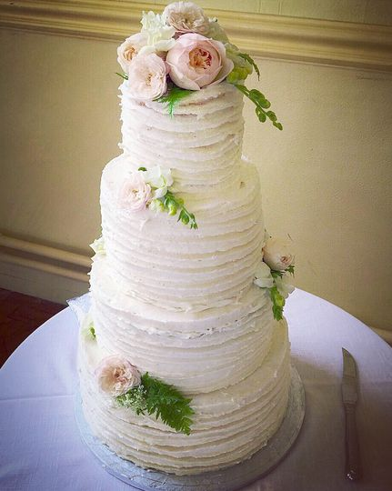 Rustic cake with real flowers