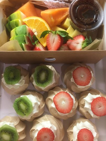 Fruit and meringues
