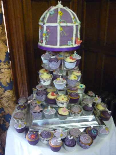 Birdcage cake with cupcakes