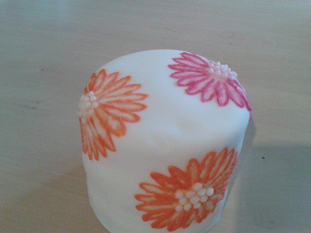 Brush embroidery mini cake