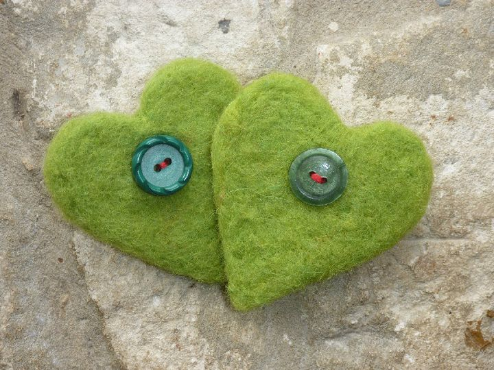 Two green needlfelted heart brooches, as above