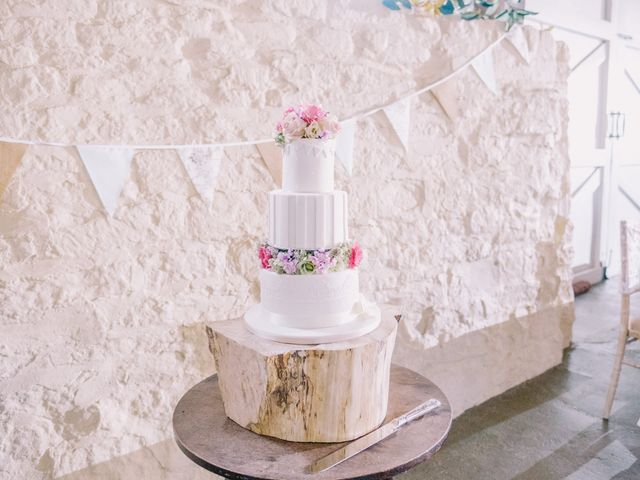 25 Stunning Wedding Cake Stands