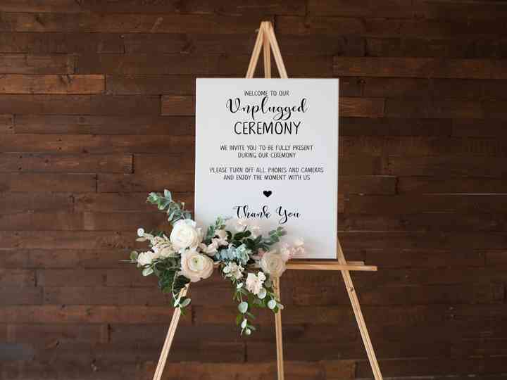 5 Ways to Tell Your Guests You're Having an Unplugged Wedding